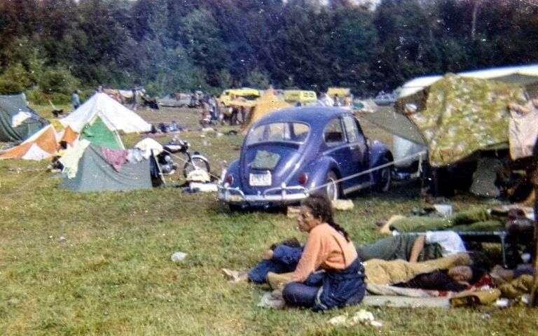 des-festivaliers-sur-un-terrain-de-camping-lors-du-mythique-festival-de-woodstock-qui-fete-cette-annee-ses-50-ans